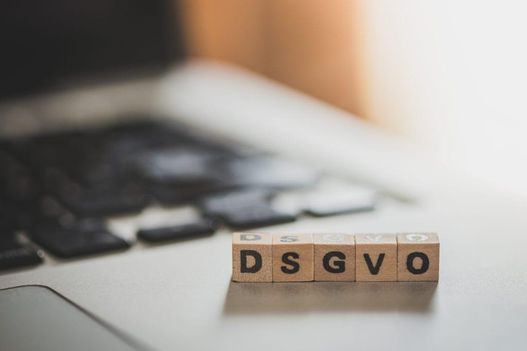 """Holzwürfel mit den Buchstaben """"DGSVO"""" für die Datenschutzverordnung"""